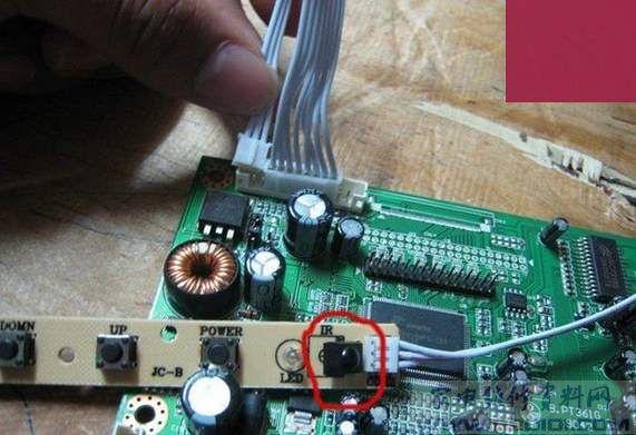 下图是介绍怎么接线,遥控探头的三根线接在板子最
